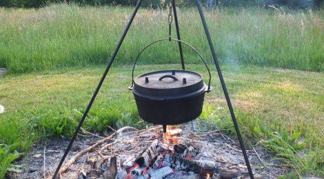 Outdoor-Küche mit Wild und wilden Kräutern